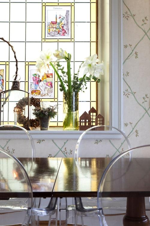 Notera bilderna insprängda i det blyinfattade fönstret i matsalen.