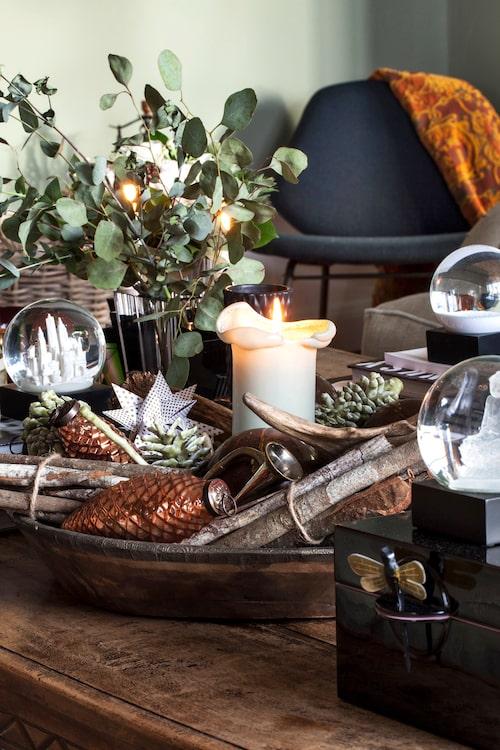 Tidigt i december åker alla jul-dekorationerna fram. Mängder med stearinljus, skålar fyllda med frukt och godis, samt träfat med pynt skapar julstämning.