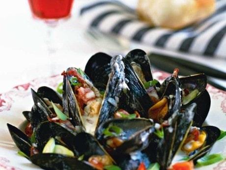 Recept på musslor med bacon, tomat och oregano.