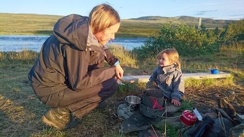 Låt gärna barnen vara med och planera och laga maten på vandringen, säger Anna Ahlström, här med dottern Hildur.