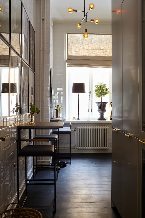 Kökets taklampa är specialbeställd från Italien.