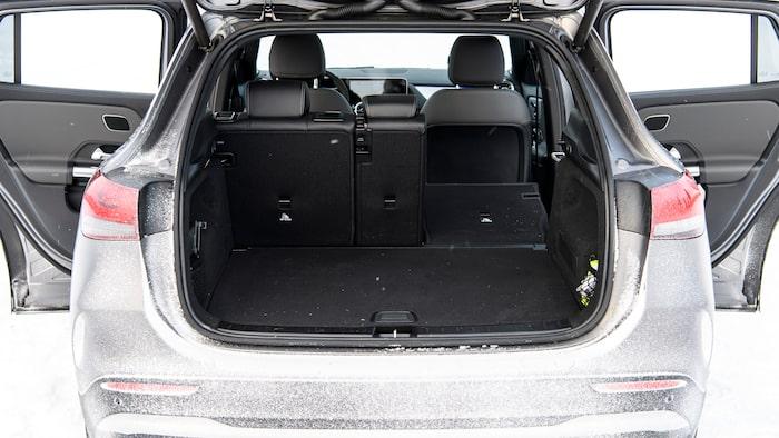 Ett litet men kvadratiskt bagageutrymme, enligt angiven volym är det här trängre än i Formentor.