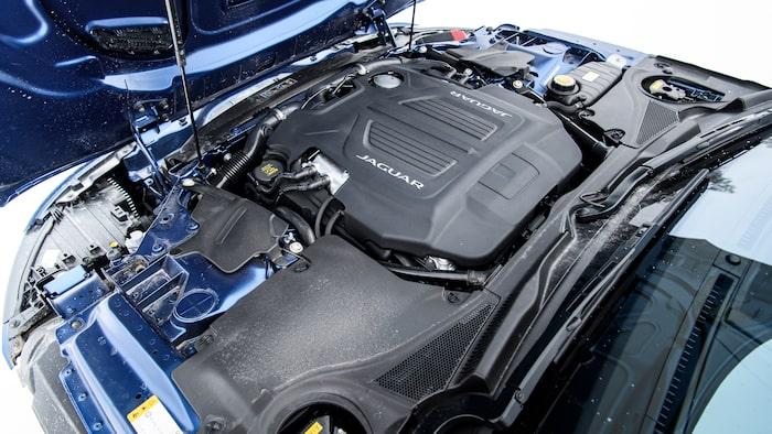 """Motorhuven öppnar """"bak och fram"""" och blottar den fem liter stora V8:an."""