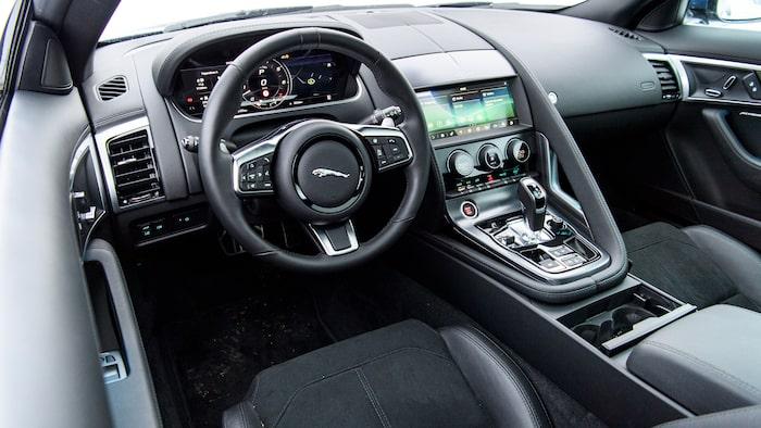 Här kan man sitta riktigt lågt, ingen annan i testet rår på sportbilskänslan F-Type ger.