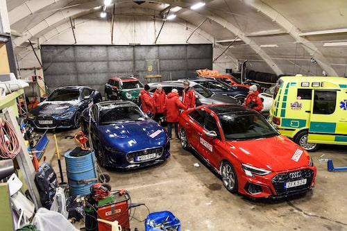 Testbilarna trängs i hangaren och tinar upp inför morgondagens bravader.