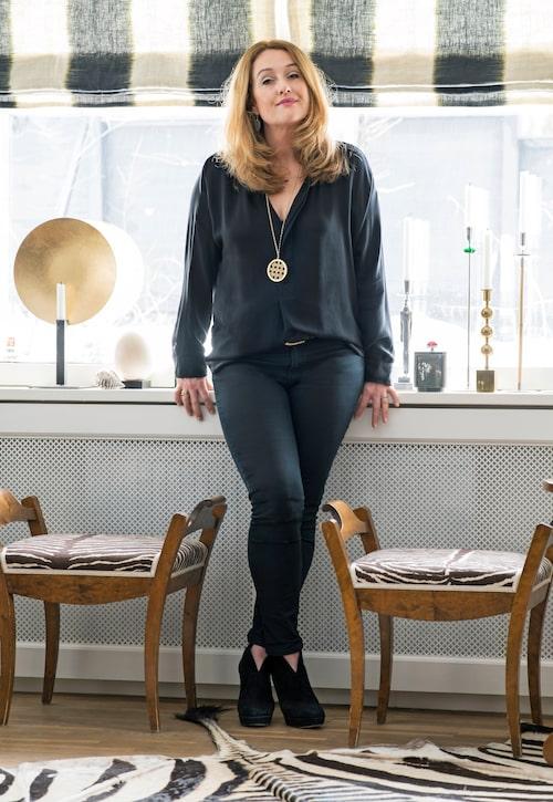 Pernilla Christensen har inrett sin villa med mycket textil och med tyger i hög kvalitet. Tyger är både hennes stora intresse och arbete.