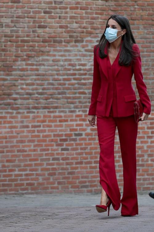 Drottning Letizia i röd kostym av Roberto Torretta.