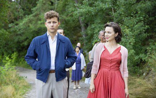 Hedda med Charlie Gustafsson, som spelar Ninas kärlek Calle, i den sista säsongen av Vår tid är nu på SVT.