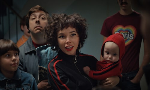Hedda spelar Doris i Se upp för Jönssonligan. I bakgrunden syns David Sundin som spelar Dynamit-Harry.