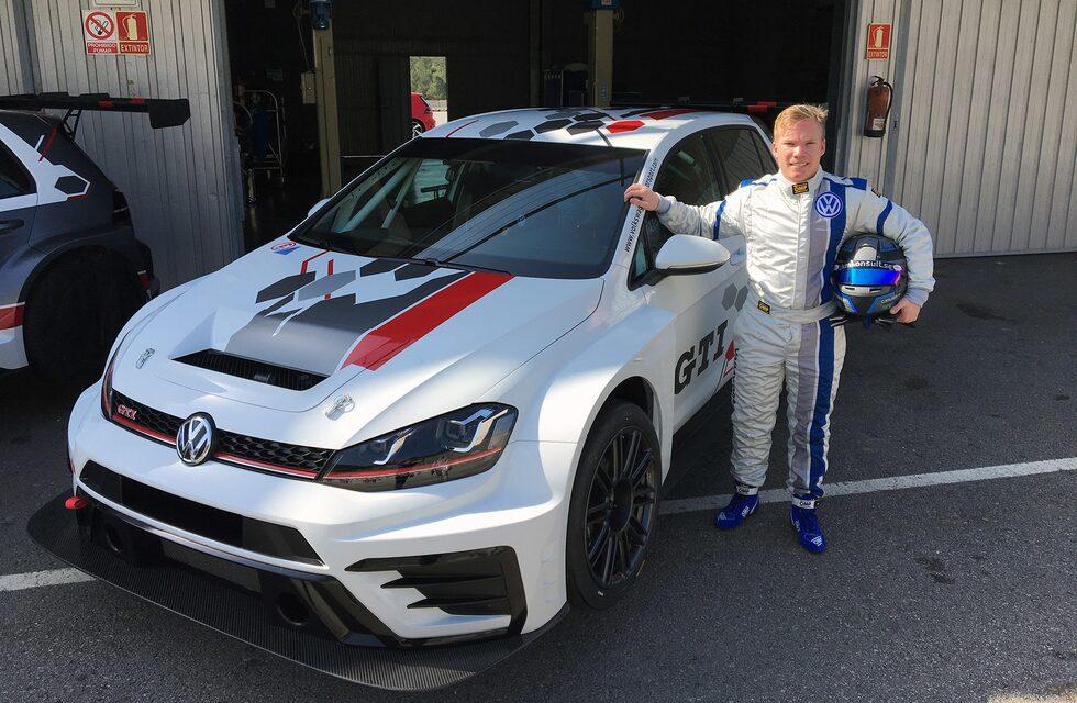 Teknikens Världs Oskar Krüger bredvid Volkswagen Golf GTI TCR som här är upphissad på så kallade airjacks.
