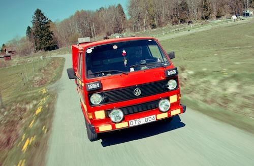 VW T3-entusiasten Grzegorz Wysonkinski kör sin fina T3 Syncro dubbelhytt brandbil. 5000 mil med nybilskänsla, bra foto-bil!