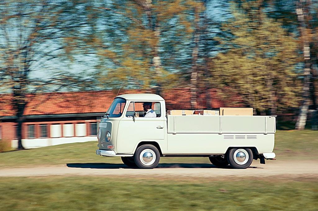 Smattret lägger sig över byn. En luftkyld VW-boxermotor på högvarv hörs lång väg. Ändå är det relativt låg bullernivå i hytten.