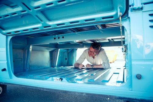 Genomgående låsbart lasturymme under flaket är praktiskt och smidigt för ömtåligt eller stöldbegärligt fraktgods. Kan till och med bli en sovplats!