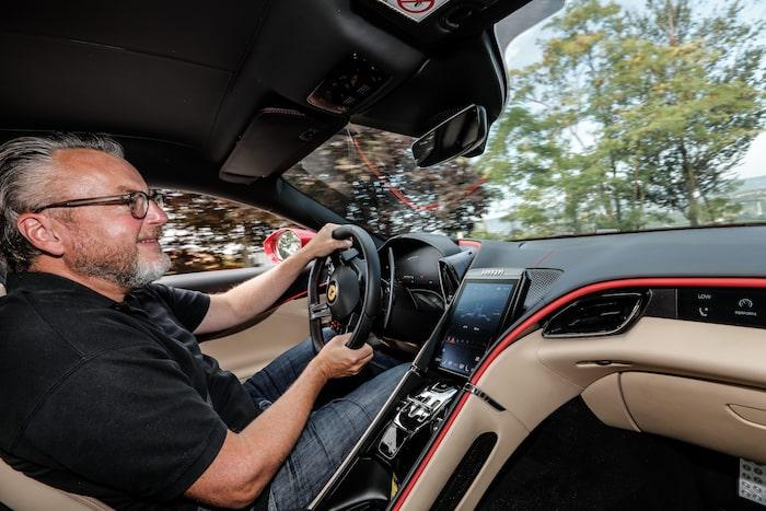 Teknikens Världs Hans Hedberg bakom ratten på Ferrari Roma.