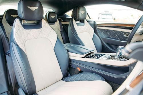 Framstolarna är oklanderligt bekväma och passar de flesta kroppar. Trots coupéformerna är takhöjden bra även i baksätet.