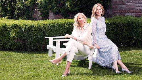 Isabella och Martina nätverkar i trädgården.