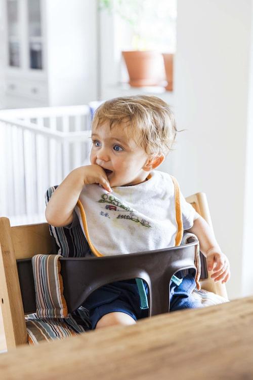 Den största risken är att barnet ska försöka klättra ur sin höga barnstol.