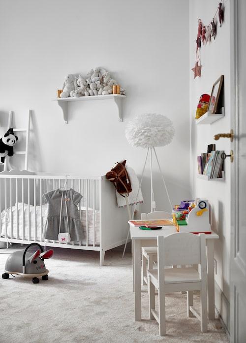 Katinkas rum med spjälsäng, bord och stolar från Ikea.