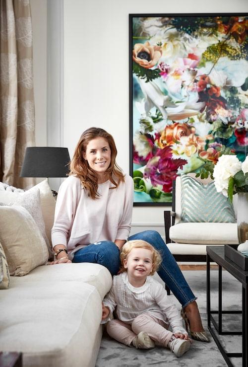 Stephanie med dottern Katinka. Soffa, Posh living. Sammets-kudde och mönstrad kudde, Dis inredning, sidenkudde från Bohem.