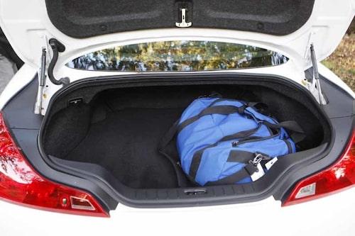 Tröskeln till bagaget är väldigt hög. Två golfset ska dock kunna få plats.
