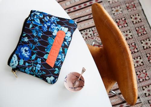 Greppvänlig kaffekopp av Gustaf Nordenskjöld och iPad-fodral från H&M x Kenzo-samarbetet.