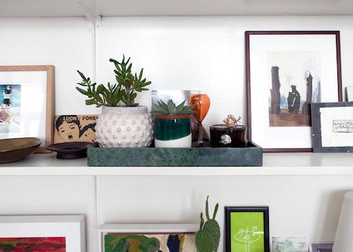 """""""Stilleben av kaktusar, doftljus och timglas från Hay på marmorbricka från H&M Home. Vykort och diverse små konstverk runt omkring."""""""