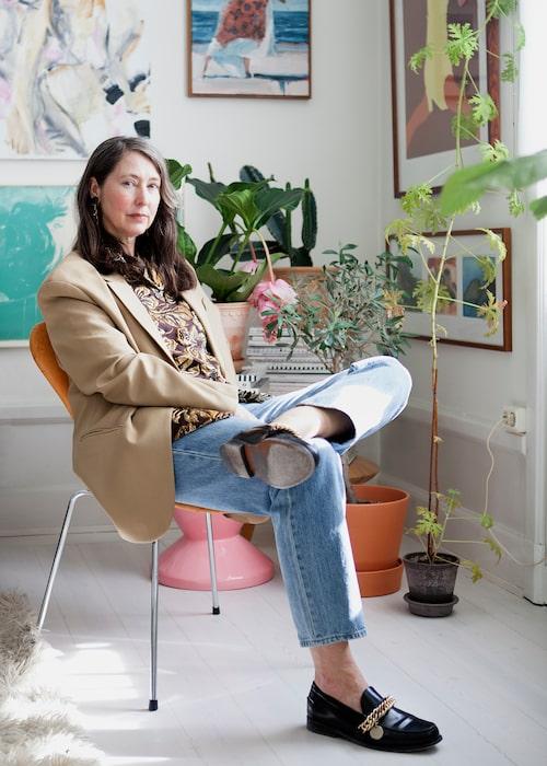 Ann-Sofie Johansson i kavaj från Arket, vintage resortskjorta i guldbrokad från Prada, jeans från H&M och loafers från Givenchy. Blandad konst från bland annat Tommy Östmar och Anna Bjerger.