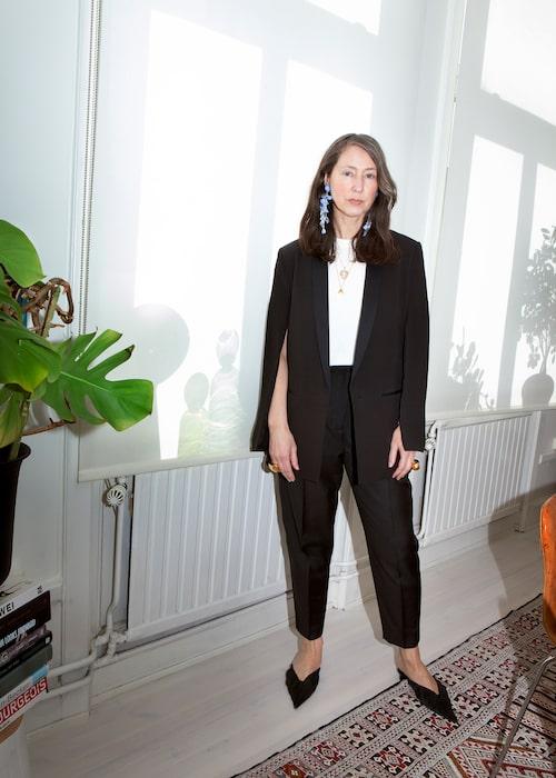 """""""Min 'räddare i nöden'-kavaj från en av de första Conscious Exclusive-kollektionerna vi gjorde. Den är i ekologiskt silke. Byxor från & Other Stories, vit t-shirt från Hanes och mules och örhängen från H&M Conscious Exclusive. Bokstavshalsband från Louis Vuitton och det andra har jag ärvt efter min mamma."""