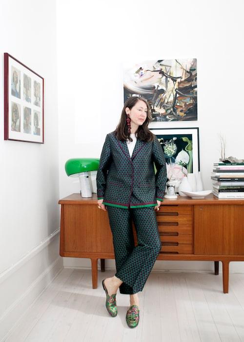 """""""Byxdress från H&M Trend, några år gammal. Slides från Gucci och örhängen av återvunnen plast från en av våra Conscious Exclusive-kollektioner. Konst av Jenny Carlsson och Anna Camner."""""""