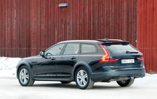 Denna vagn är enligt Bilregistret en automatväxlad bensinbil med 348 hästkrafter. Någon sådan motor har inte Volvo i dag och vi är övertygade om att de uppgifter Volvo har valt att registrera är till för att blåsa alla nyfikna. Av samma anledning har de uppgett att bilen är 485,1 centimeter lång, och det vågar vi lova att den inte är med tanke på att V90 Cross Country är cirka nio centimeter längre än så.