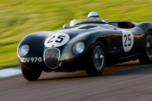 Sir Stirling Moss i en Jaguar C-type vid Revival 2008. Solen sänker sig och det finns ingenting som skulle kunna vara bättre än det här. Utsökt.