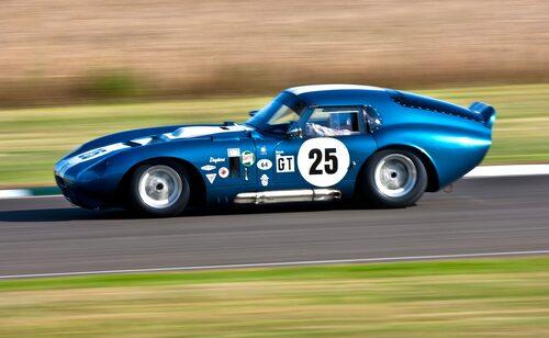 """Det är klart att grabben måste ha lite bilder med sig hem! Kenny Bräck är en hyvens kille som trots allt som händer på Goodwood ändå tar sig tid och träffar Teknikens Värld. Så, till 2013 gjorde vi ett par tavlor som vi överlämnade i depån som tack för hjälpen. Kanske också för att Kenny bjöd på århundradets uttalande 2012 efter att ha kvalat den där Daytona Cobran i pole position vid hans första besök på Goodwood. På frågan om hur han kunde vara så snabb direkt svarade Kenny att """"om du kan köra i 400 km/h så kan du köra i 270 också.""""."""