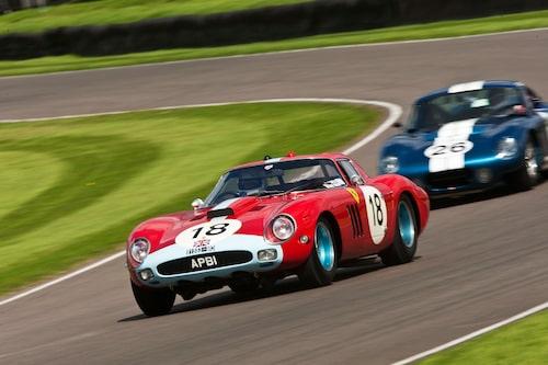 Ferrari 250 GTO/64 före Shelby Daytona Cobra. Just det här exemplaret av Ferrari 250 GTO startade sitt liv med den vanliga GTO-karossen och i den skepnaden vann Graham Hill 1963 upplaga av RAC TT-loppet här på Goodwood. Inget slår äkta historia.