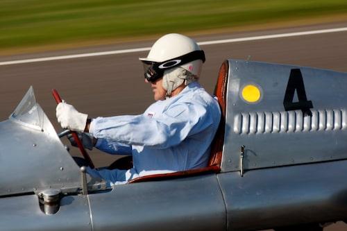 Sir Stirling Moss tävlade i en Cooper-JAP 500, en så kallad halvpanna F3, vid invigningstävlingarna på Goodwood 1948. Här tillbaka i en liknande bil 2008.