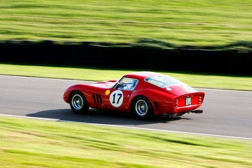Ferrari 250 GTO med ägaren, och tillika trummisen i Pink Floyd, Nick Mason bakom ratten.