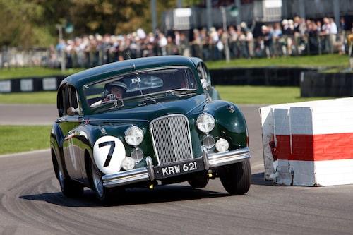 Jaguar MkVII med kaross i magnesiumlegering och med Rowan Atkinson bakom ratten.