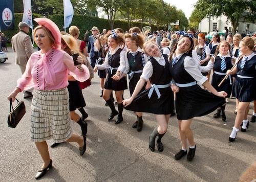 En del av Goodwoods skådespelarensemble, här i form av ett idrottslag från en flickskola där lärarinnan går före med fickpluntan i högsta hugg. Kampsångerna vrålades ut!