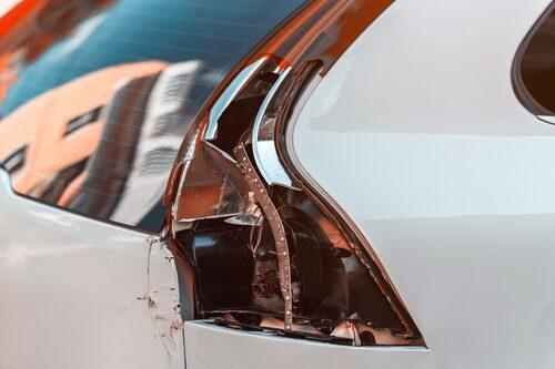 Många bilar i Sverige kör omkring med undermålig belysning.