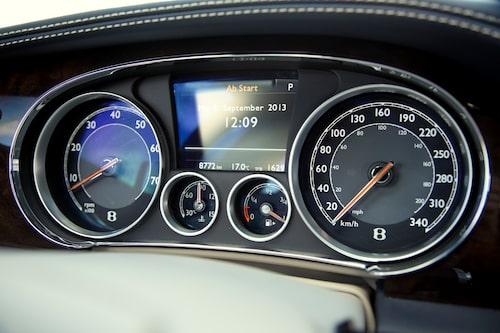 Snygg instrumentering med allt man behöver veta. Displayen är väl integrerad mellan varv- och hastighetsmätare.