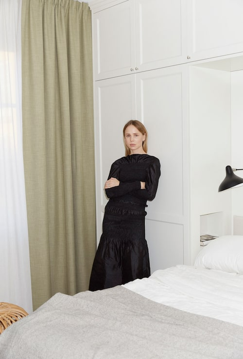 Elin Kling plåtad i sitt hem, i klänning från egna märket.