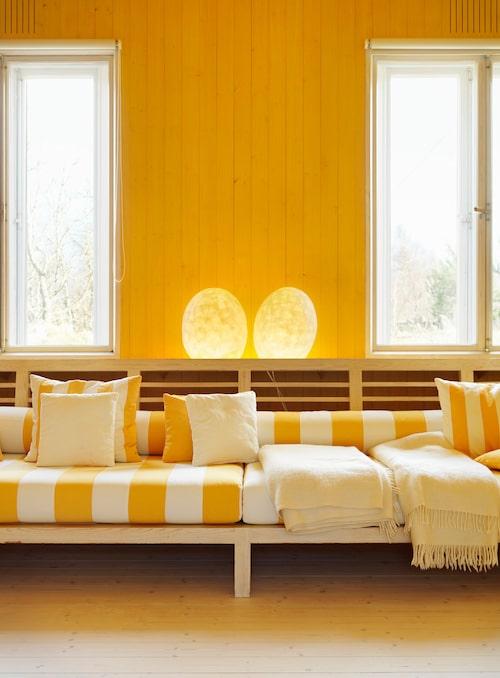 Sofforna har de ritat tillsammans, medan lamporna är Karins verk.