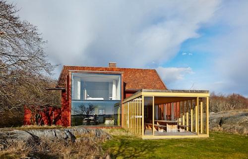 Den delvis inglasade verandan och de stora glasväggarna gör huset öppet mot havet och naturen som hela tiden förändras.