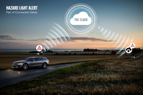Volvo-bilar kan uppmärksamma andra Volvo-bilar om att ta det försiktigt förbi en stillastående bil med varningsblinkers påslagna.