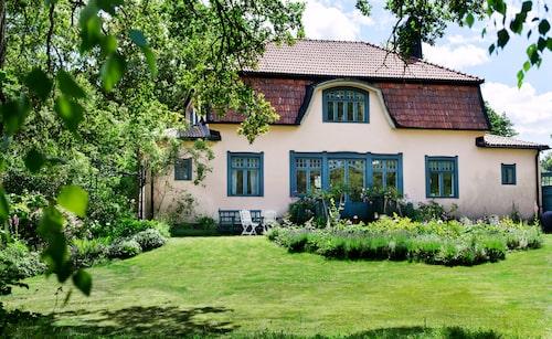 Sommarvillan blev åretruntbostad på 70-talet. Glaspartierna ut mot trädgården restaurerades på 90-talet och fönstren ritades av arkitekt Jonas Glock. Huset var tidigare grått, men har putsats om.
