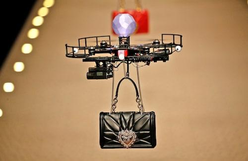 Drönare visade upp Dolce & Gabbanas AW18-väskor på catwalken.