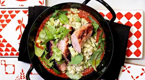 Recept på grillad korv med tomat- och fänkålssås och grön pärlcouscous.