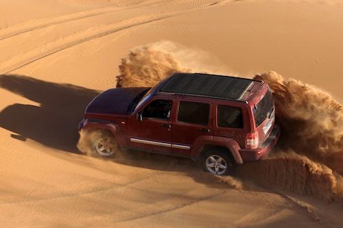 Det är modigt att lägga en provkörning i Saharas öken, på vägar där även ekipage i Dakar-rallyt kör fast...
