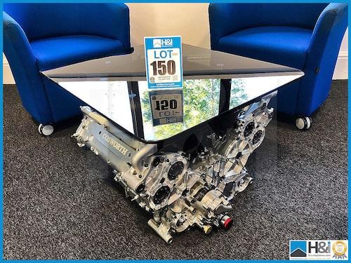 """En """"modern"""" Formel 1-motor av CA-familjen ombyggd till bord. Kolvar ingår dock inte."""