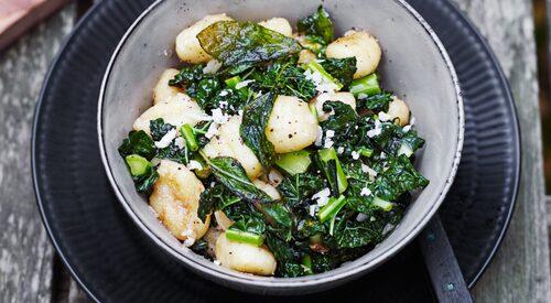 Recept på gnocchi med svartkål, pecorino och brynt smör med salvia.