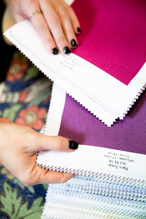 Kursrummet på Sköna hem är fullt av material i form av bland annat tyg- och tapetböcker från de flesta stora producenter. Här är fritt fram att klippa, klistra och skapa presentationspannåer i samband med de olika arbetsuppgifterna.